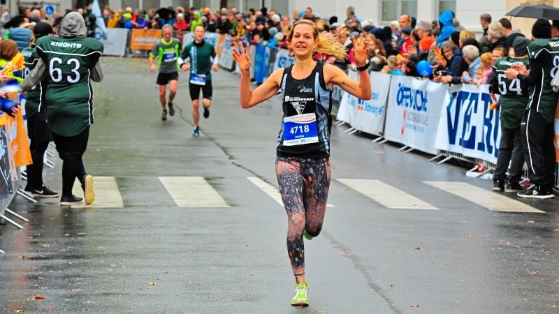 Freude über den Kreisrekord: Janina Meyer vom LC 93 Delmenhorst beendete den Halbmarathon in Oldenburg in 1:30:22 Stunden als Zweite der Frauen-Gesamtwertung. Foto: Die Laufreporter