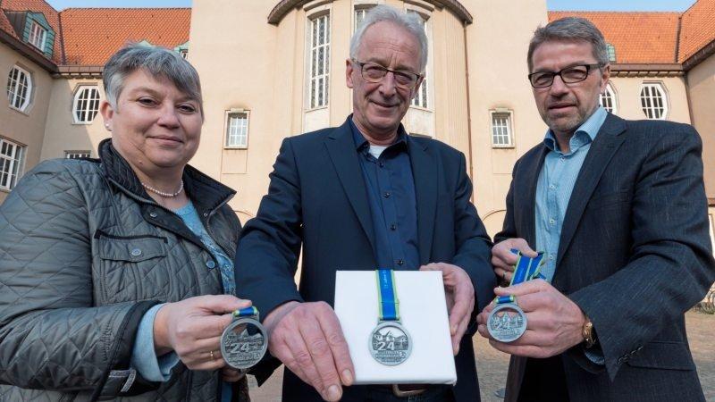 Vorfreude auf den Burginsellauf in Delmenhorst: von links Birgit Woltjen-Ulbrich, Oberbürgermeister Axel Jahnz und Dieter Meyer. Foto: Melanie Hohmann