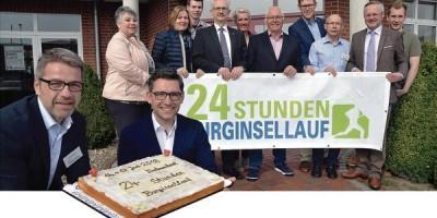 Ein Stück Kuchen gefällig? Dieter Meyer und Christian Hohnholt vom Orgateam stimmen sich mit den Organisatoren und Sponsoren auf den 15. Burginsellauf in Delmenhorst ein.
